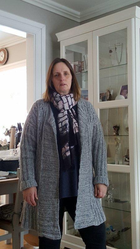 <Friðfinna Lilja Símonardóttir í notalegri peysu sem hún prjónaði. Aðsendar myndir.