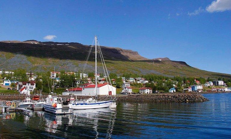 Fáskrúðsfjörður er fallegur bær en þeir Fáskrúðsfirðingar spila engu að síður heimaleikina sína á Re…
