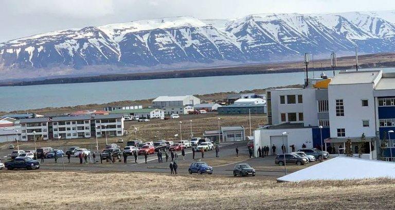 Löng röð myndaðist fyrir utan HSN á Sauðárkróki í morgun en yfir 150 manns voru skimaðir fyrir Kórón…